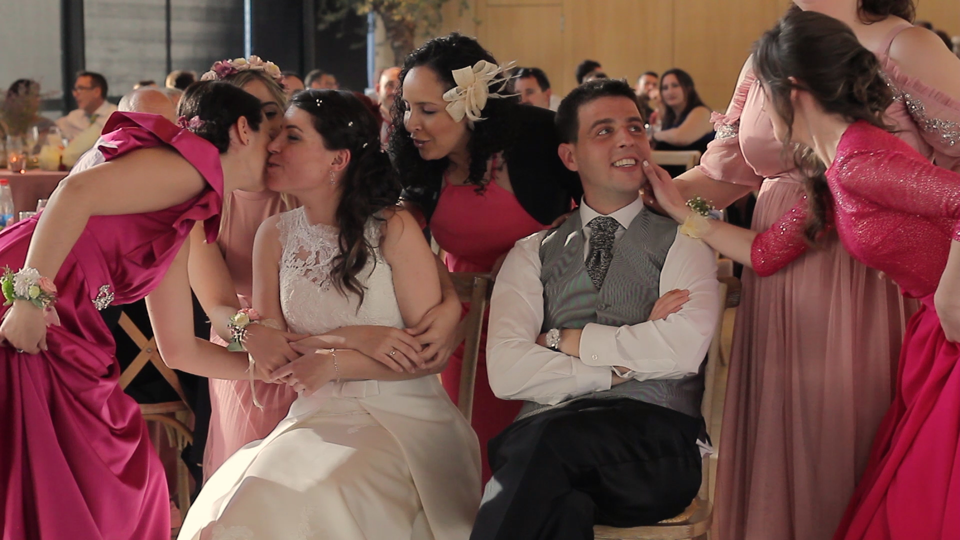 La pareja reciben una sorpresa de sus amigas. Boda en La Opera